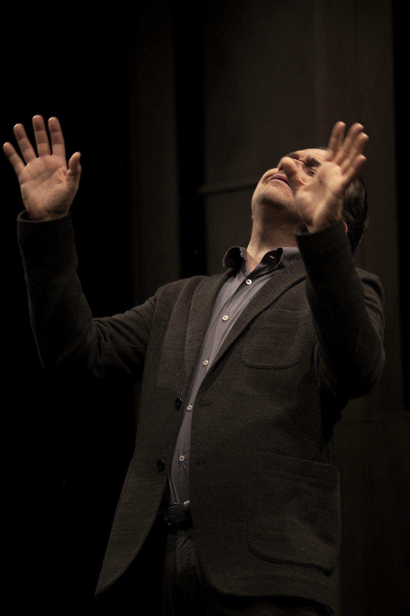 """Andrea Lupo sul palco di """"Lo stronzo"""". Calcara. 2016. (ph. R. Cerè)"""